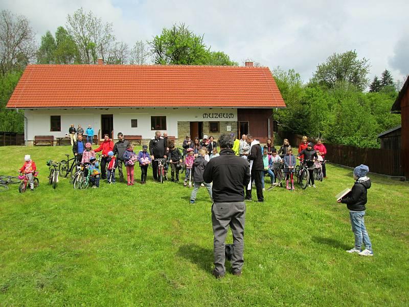 Žehnání kol u Muzea kardinála Štěpána Trochty ve Francově Lhotě; květen 2021