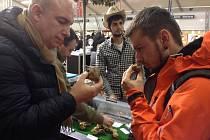 T. Blaba a L. Bukovjan na trhu s lanýži.