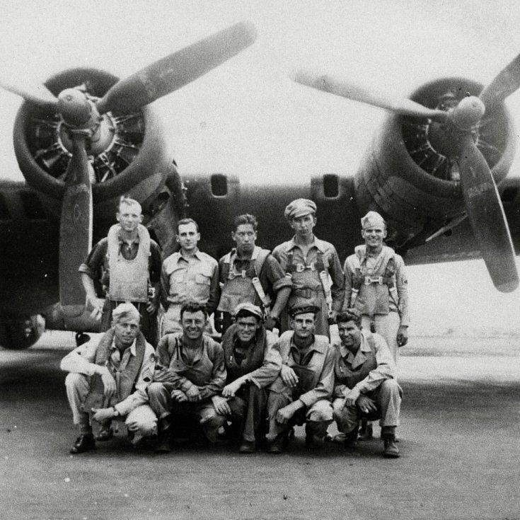 Osádka amerického bombardéru B-17G sestřeleného 29. 8. 1944 nad Liptálem. Horní řada zleva Nigborowitz, Mickadeit, Seaman, Power (29.8. neletěl), Pastorino. Dolní řada zleva: Pittard, Reidy, Devlin, Ware, Childress.