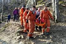 Hasiči zachraňují zraněnou turistku v Pulčínských skalách u Francovy Lhoty; neděle 24. března 2019