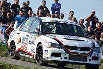 Posádka JP Motorsport teamu Pešl – Pešek na voze Mitsubishi Lancer EVO IX.
