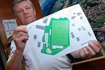 Starosta Jablůnky Čeněk Hajný ukazuje studii, jak bude vypadat nové fotbalové hřiště v Jablůnce.