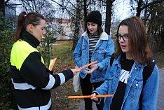 Policisté a strážníci rozdali v pátek 16. listopadu 2018 valašskomeziříčským dětem šest set reflexních pásek.