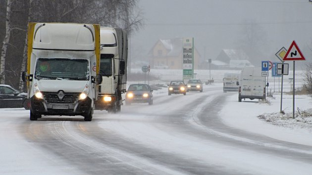 Husté sněžení dorazilo v úterý 16. ledna 2018 odpoledne na Valašsko. Silničáři vyjeli s veškerou technikou.