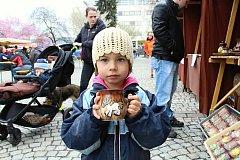 Ani chvilkama téměř podzimní počasí neodradilo návštěvníky Velikonočního jarmarku, který se konal ve čtvrtek 13. dubna na Dolním náměstí ve Vsetíně.