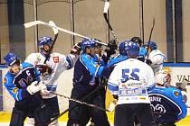 Baráž o druhou ligu mezi Valašským Meziříčím (modré dresy) a orlovou rozhodne sobotní třetí zápas.