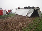 Kamion převážející kůru skončil svoji jízdu mimo silnici na střeše