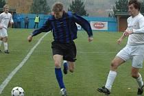 Radim Vokáč z Vigantic (modrý dres) se v zápase proti Vsetínu postaral o rozhodující chvíli. Po faulu na něj proměnil penaltu a svému týmu zajistil tři body.