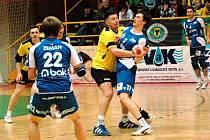 První duel čtvrtfinále play off extraligy házené Zubří (žluté dresy) – Jičín skončilo 25:22.