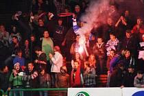 Poslední minuty derby si pořádně užívali fanoušci hokejistů Valašského Meziříčí. Vítězství svého týmu oslavili i zapálením několika světlic, které však pořadatelé ihned zpacifikovali.