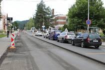 Opravy průjezdního úseku městem Karolinka, které začaly v polovině července 2017, dokončili dělníci po pěti měsících.