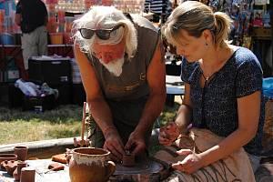 Návštěvníci Kelečských slavností 2019 si mohli vyzkoušet i práci na hrnčířském kruhu. (sobota 29. června 2019)