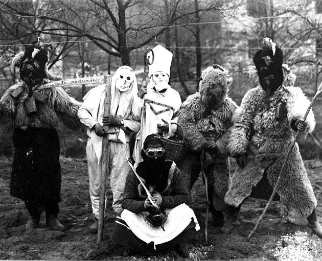 ČERTI. Dlouholetá tradice Mikulášské obchůzky trvá u nás dodnes. (foto r. 1968)