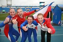 Devatenáctiletá Petra Chovancová z Horní Lidče (druhá zleva) je mistryní světa v požárním sportu. Titul vybojovala v úterý se svými kolegyněmi v týmové soutěži ve štafetě v ruském Petrohradě.