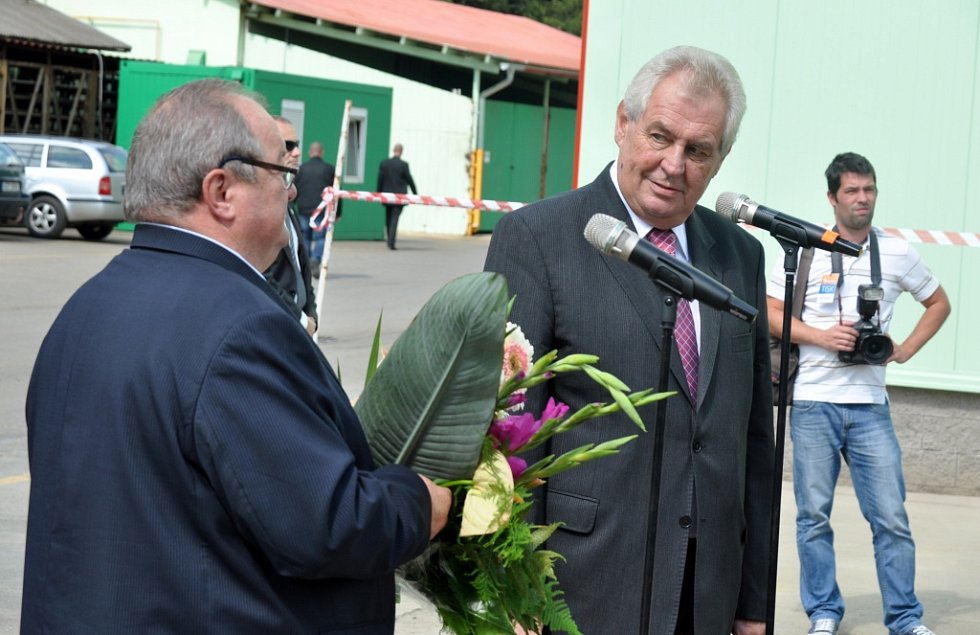 Prezident republiky Miloš Zeman na návštěvě firmy Kovar v Leskovci na Vsetínsku. Miloš Zeman při proslovu k zaměstnancům firmy Kovar.