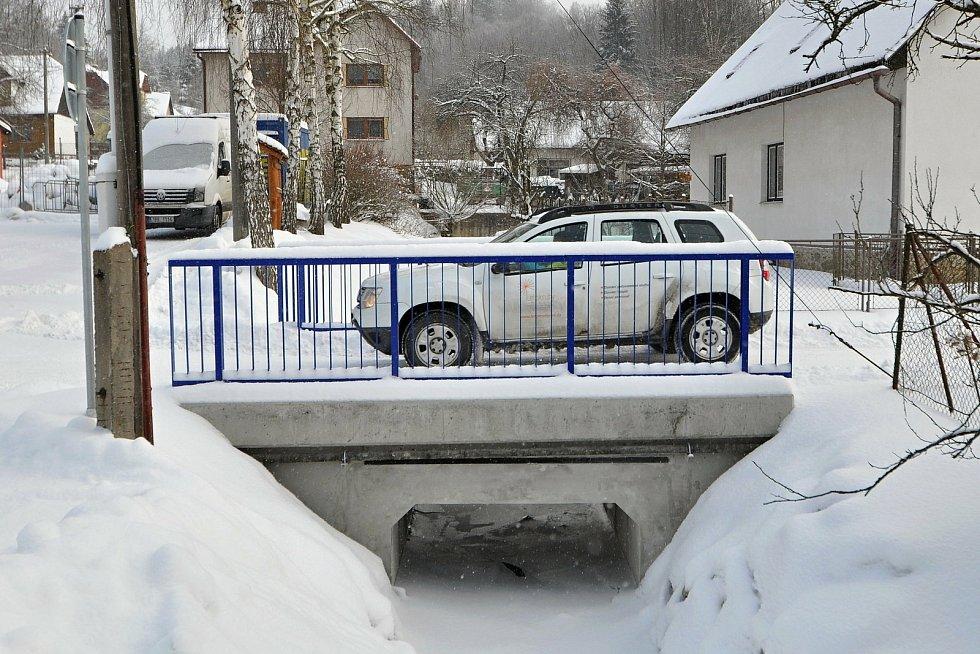 Prlov - původní nevyhovující propustek nedaleko obecního úřadu nahradil vloni nový most.