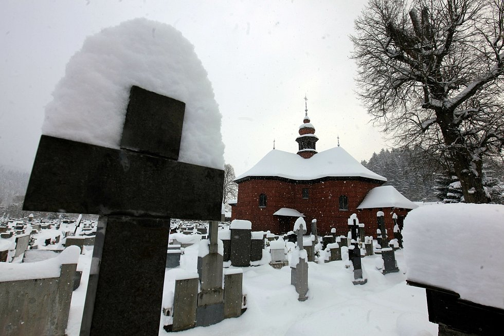 Zasněžené Velké Karlovice v lednu 2020.  Hřbitov s kostelem.