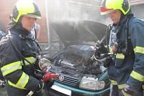Požár poškodil motorový prostor a vnitřek vozidla