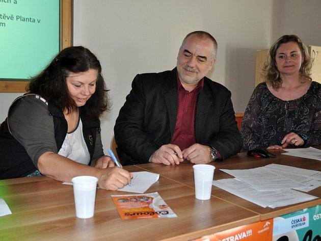 Ředitelka festivalu Colours of Ostrava Zlata Holušová (vlevo) a ředitel Valašského muzea v přírodě v Rožnově pod Radhoštěm podepisují smlouvu o vzájemné spolupráci. Colours of Ostrava podpoří obnovu vyhořelé národní památky Libušín na Pustevnách.