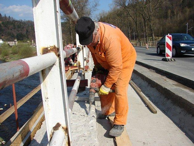 V Jarcové opravují silničáři most. Dopravu mezi Vsetíněm a Valašským Meziříčím komplikuje zúžení a snížení rychlosti na třicet kilometrů za hodinu.