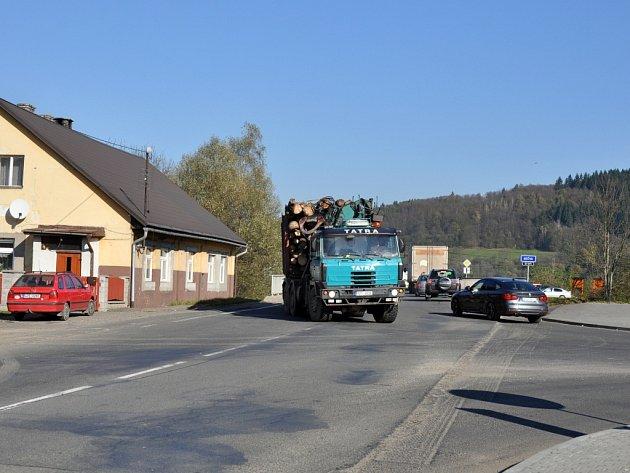Frekventovaná křižovatka u Ústí u Vsetína je terčem kritiky motoristů; Ústí u Vsetína, středa 29. října 2014.