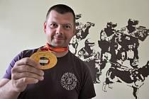 Vsetínský policista Zbyněk Kovář byl členem týmu, který získal ve dnech 4. –7. května 2015 zlaté medaile na vůbec prvním Policejním mistrovství světa ve střelbě ze služebních zbraní.