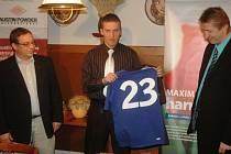 Petr Bubniak na tiskovce s dresem Vsetína. Na Valašsku si však nejlepší český nohejbalista nezahraje.