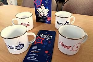 Plechové hrníčky s vánočními motivy, které s blížícím se adventem nechala vyrobit a nabízí radnice v Rožnově pod Radhoštěm; listopad 2019