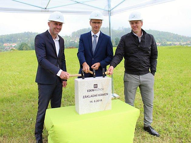 Nové byty na kopci nad Rožnovem s výhledem na Radhošť ponesou název Eden. Základní kámen položili zástupci developera, dodavatele i města 14. června 2018