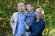 Sedmiletý Kubík z Rožnova pod Radhoštěm trpí jako jediný v Evropě vzácným genetickým onemocněním Toriello-Carey syndrom. Jeho léčba je nákladná, rodině finančně pomáhá mimo jiné nadace Dobrý Anděl.Na snímku s maminkou Ester a tatínkem Miloslavem.