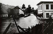 POVODEŇ ČERVEN 1939. Neregulované vodní toky způsobovaly často záplavy v obci. Zaplavený střed obce u školy způsobil rozvodněný Hořanský potok.
