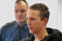 Devatenáctiletý Michal Jiráček dostal za sérii vloupání a krádeží osmnáct měsíců vězení. Soudce trest podmíněně odložil na 2 a půl roku; Vsetín, okresní soud, čtvrtek 4. dubna 2013.