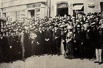 Tomáš Garrigue Masaryk se svými příznivci po vítězných volbách na náměstí ve Valašském Meziříčí.