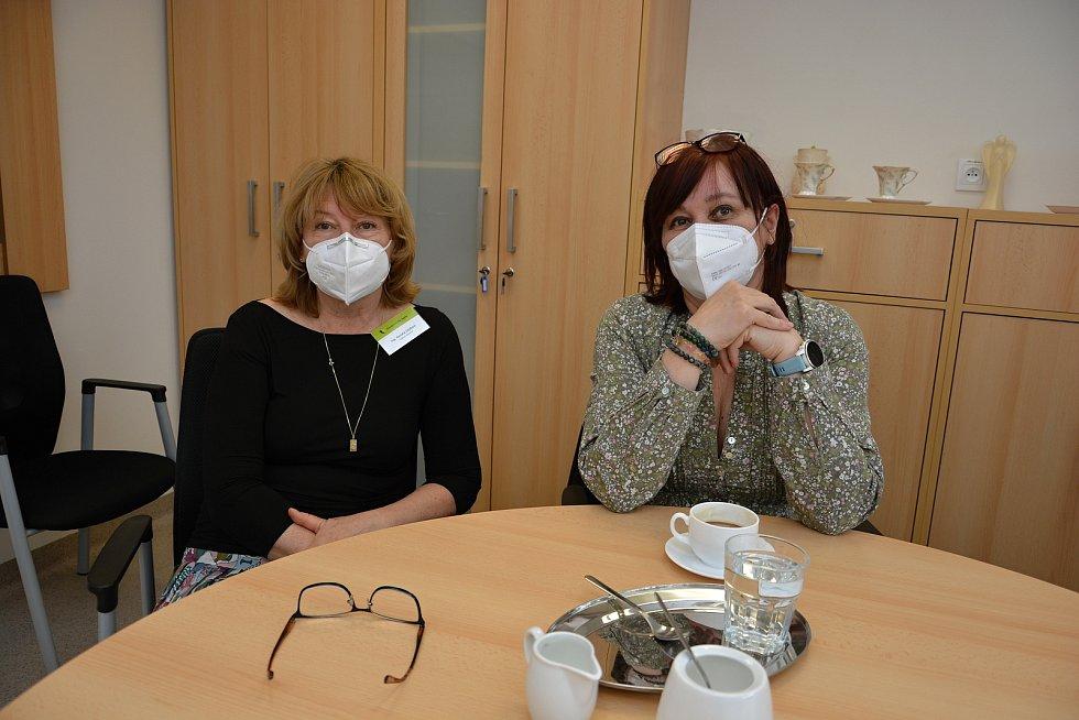 Domov pro seniory Jasenka v dubnu 2021 během pandemie covidu. Na snímku vedoucí domova Renata Zejdová (vlevo) a ředitelka SSVS Michaela Pavlůsková.