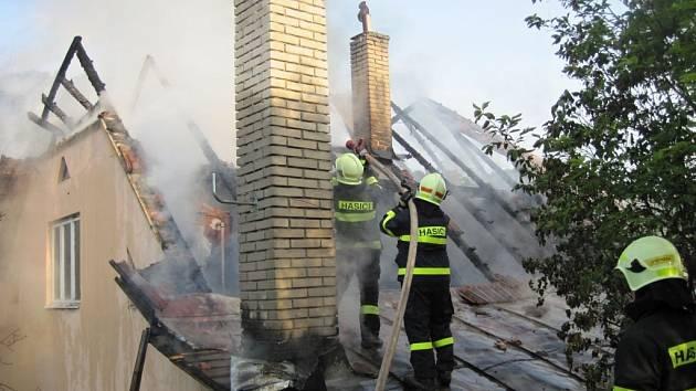 Hasiči likvidují požár rodinného domu v Malé Bystřici na Vsetínsku; neděle 22. května
