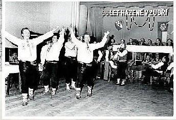 KULTURA.Po roce 1945 se rozvíjí i kulturní spolky vzniká Valašský soubor písní a tanců Beskyd. Po vzniku Závodního klubu pokračuje rozmach ochotnického divadla. Ve hře Maryša a Hrátky s čertem si členové souboru zahráli s národním umělcem J. Vojtou