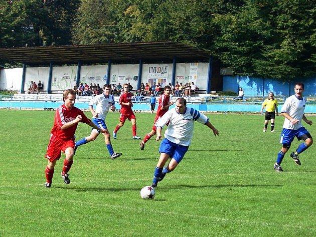 V zápase okresního přeboru Vsetín B – Huslenky (4:1) o výsledku rozhodly standardní situace. Tři body si zaslouženě připsali domácí hráči (červené dresy).