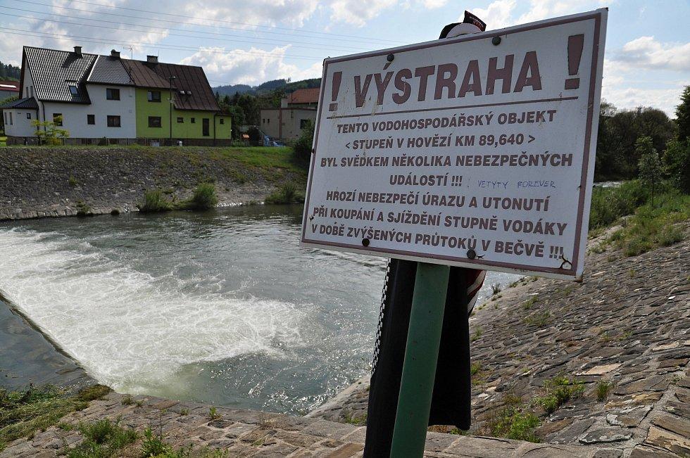 Výstražná tabulka umístěná u nebezpečného splavu zvaného Malý Hověžák na Vsetínské Bečvě v Hovězí, kde v pondělí 22. června 2020 utonuli dva vodáci.