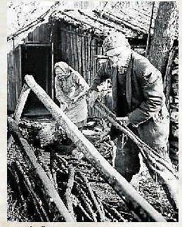TVRDÁ DŘINA. Františka a Josef Dřevojánkovi z čísla popisného 26 v Poborově v roce 1962.