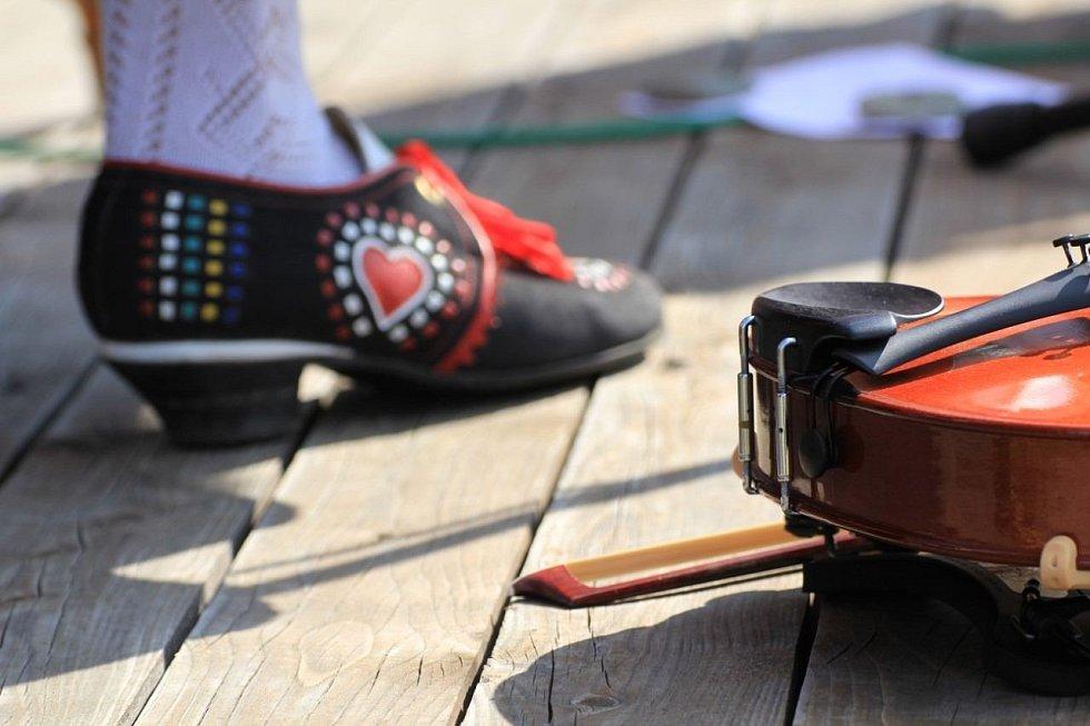 Také obuv musí ladit u tanečníků z Doloplaz na Olomoucku