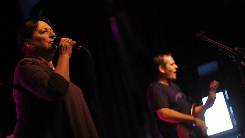 Kapela Professor Band se zpěvačkou Marthou Elefteriadu koncertuje ve velkém sále Kulturního zařízení Valašské Meziříčí na 39. ročníku folk-blues-beat festivalu Valašský špalíček; sobota 26. června 2021