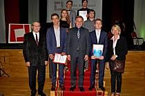 Studenti valašskomeziříčské Střední průmyslové školy stavební si ocenění, která získali v soutěži Stavba roku 2017 Zlínského kraje, převzali od hejtmana Zlínského kraje Jiřího Čunka.