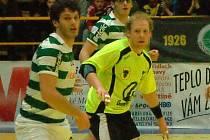 Házenkáři Zubří (ve žlutém Ondřej MIka) proti Sportingu Lisabon.