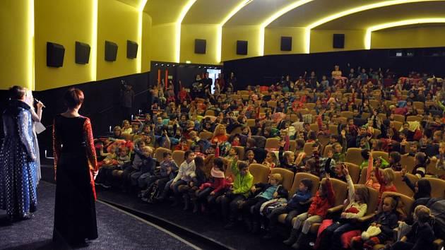 Pasování žáků 1. tříd vsetínských základních škol na čtenáře v kině Vatra ve Vsetíně, čtvrtek 5. února 2015