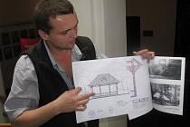 Altán bude věrnou replikou sto let staré dřevěné stavby, která původně sloužila jako zázemí pro nedaleký tenisový kurt. Na snímku Antonín Závada mladší s projektem, který zpracoval se svým otcem, a dobovými fotografiemi.