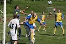 V Zašové se hrálo sousedské derby a za delší konec tahali fotbalisté Hrachovce. Na jaře mizerně hrající Zašovou (bílé dresy) lehce porazili 4:1.