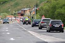 S opravou jeden a půl kilometru dlouhého průjezdu a stavbou chodníků od budoucího kruhového objezdu do části Bradov se pokračuje v Hovězí. Kyvadlovou dopravu řídí semafory.