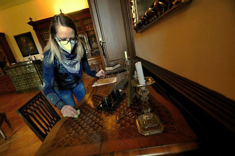 Kristýna Pončíková, lektorka Muzea regionu Valašsko, uklízí historický pracovní stůl umístěný v knihovně Zámku Lešná u Valašského Meziříčí.