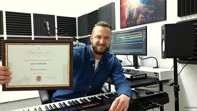 Rožnovský hudebník Adam Uličný získal za skladbu Mountain Symphony inspirovanou Pustevnami a Radhoštěm prestižní ocenění Award Winner na mezinárodním festivalu Phoenix Shorts v Kanadě.