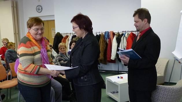 Studenti a studentky virtuální univezity třetího věku ve Vsetíně dostávali k úspěšnému zakončení semestru pamětní listy.